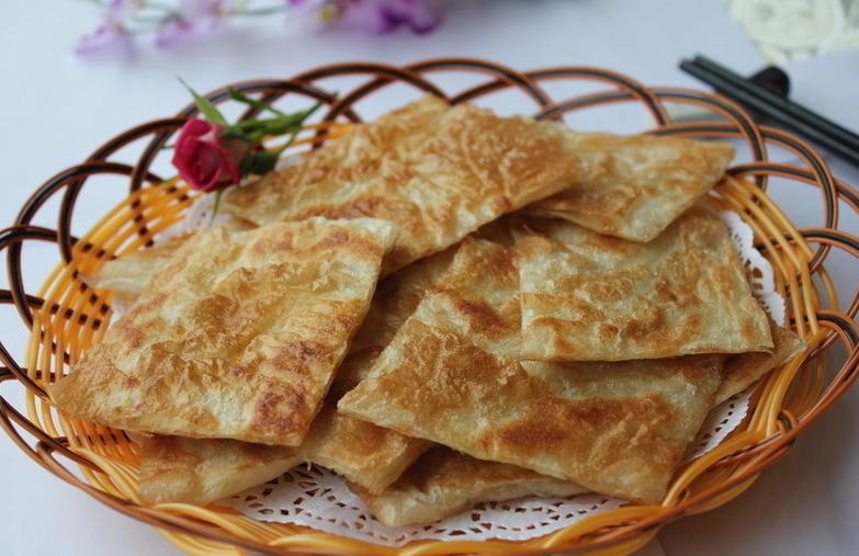飞饼,是来自印度首都新德里的独特风味食品,是主食中的明星。似乎更应称作是一件绝妙的手工艺品。飞饼竟然还分为两层,外层浅黄松脆,内层绵软白皙,略带甜味,嚼起来层次丰富,一软一脆,口感对比强烈,嚼过之后,齿颊留芳。