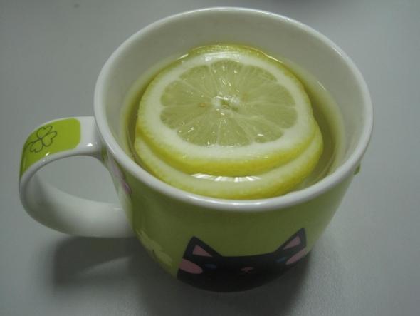 柠檬片泡水图片_新鲜柠檬片泡水的功效与作用柠檬片怎么泡水