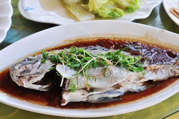 大螃蟹; 清蒸红鱼; 海口西秀海滩的西秀渔港海鲜酒楼美味海鲜!