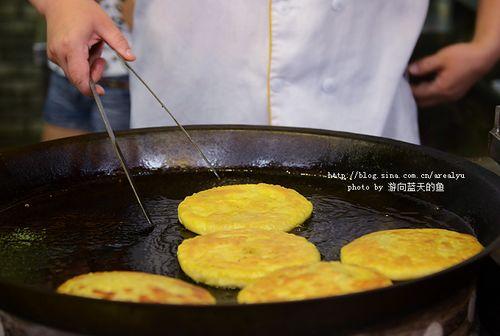 ▽好吃的三鲜豆皮究竟是如何制成的呢?这就告诉你.   先将锅内放入