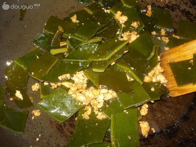 肉沫海带的制作步骤 1 将海带切菱形块,肉和大蒜都剁成末 2 油热后