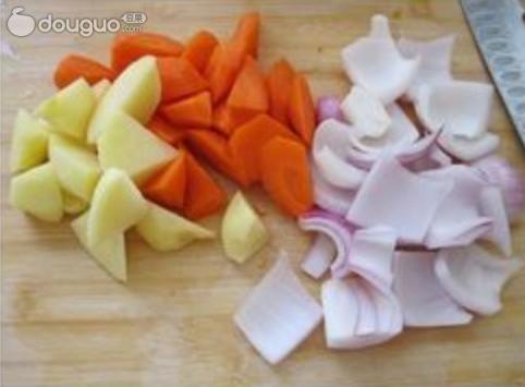 胡萝卜土豆切滚刀块,洋葱切块;