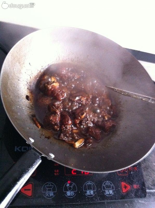 准备热油,排骨下锅.同时准备汤汁:多一些醋,多一些白糖,少...