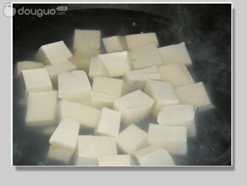 ...豆腐成2厘米见方的块,放入加了少许盐的沸水中汆一下,去除豆...